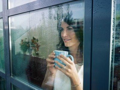 7939244-meta-donna-adulta-bevendo-caffe-e-guardare-fuori-dalla-finestra-sulla-giornata-di-pioggia-forma-oriz.jpg